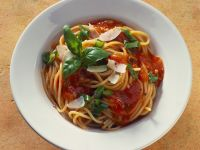 Pasta mit Tomatensoße und Parmesanhobeln