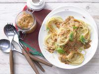 Spaghetti mit rotem Pesto