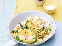 Spaghettinester mit Ei, Chili und Kräutern