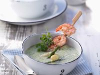 Spargel-Kerbel-Suppe mit Garnelenspießen