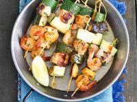 Spieße mit Garnelen, Zucchini und Lachs