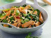 Spinat-Hühnchen-Pfanne mit Koriander und Nüssen