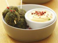 Spinatbällchen mit Joghurtsoße