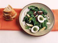 Spinatsalat mit Kräutereiern und Spargel