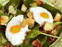 Spinatsalat mit rohem Schinken, Croutons und Spiegeleiern
