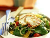 Spinatsalat mit Tomaten und gegrilltem Käse