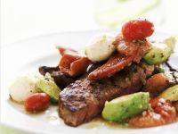 Steak vom Grill mit Gemüse, Mozzarella und Grapefruit
