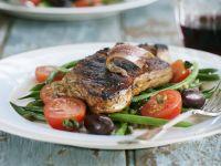 Steak vom Rind mit Sardellen, grünen Bohnen, Oliven und Tomaten