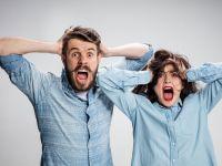 Mann und Frau mit wütendem Gesicht raufen sich die Haare