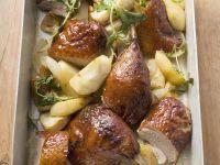 Stücke vom Entenbraten mit Apfel, Zwiebeln und Kräutern