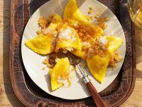 Süße Teigtaschen mit Apfelfüllung und Butterbröseln