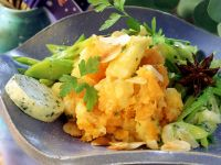 Süßkartoffelstampf mit Nüssen auf Lauchgemüse