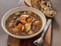 Suppe aus Wurzelgemüse mit knackigem Knoblauchbrot