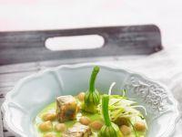 Suppe aus Zucchini und Basilikum mit Aubergine
