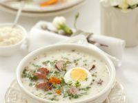 Suppe mit Ei und Wursteinlage