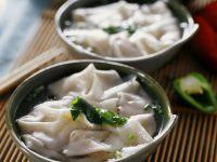Suppe mit gefüllten Teigtaschen auf chinesische Art