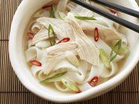 Suppe mit Hühnchen auf vietnamesische Art