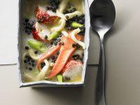 Suppe mit Hummer, schwarzen Linsen und Spätzle