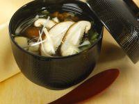 Suppe mit Pilzen und Tofu