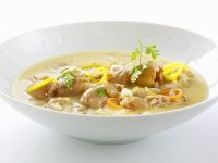 Suppe mit Schweinshaxe und Wurzelgemüse (Klachelsuppe)