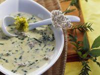 Suppe mit Wildkräutern
