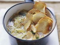 Suppe mit Zwiebeln und Brezenscheiben