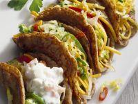 Tacos gefüllt mit Gemüse und Joghurtsoße
