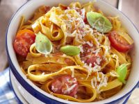 Tagliatelle mit Tomaten und Basilikum