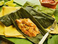 Tamale mit Hähnchen und Oliven im Bananenblatt