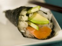 Temaki mit Lachs und Avocado