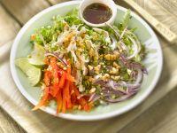 Thai-Salat mit Blattsalat, Paprika, Hähnchen, Minze, Erdnüssen und Nuoc-Mam-Fischsauce