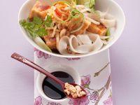 Thailändische Nudel-Tofu-Pfanne mit Nüssen und Ei