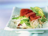 Thunfisch auf asiatischem Glasnudelsalat