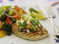 Thunfischsteak mit Salsa aus Avocado und Tomate