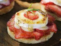 Toast mit Erdbeeren und Ziegenkäse