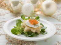 Toastbrotsterne mit Schmand, Kaviar und Feldsalat