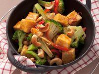 Tofu mit Brokkoli und Nüssen