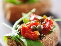 Tomaten-Crostini mit Kapern