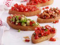 Tomaten-Crostini mit Paprika, Avocado und Pilzen