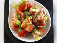 Tomaten-Frühlingszwiebel-Salat mit Chili und Koriander