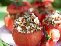 Tomaten mit Getreidesalat gefüllt