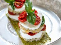 Tomaten-Mozzarella-Türmchen mit Basilikum