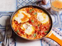 Tomaten-Paprikasauce mit Ei gebacken