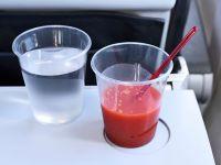 Tomtensaft und ein Glas Wasser im Flugzeug