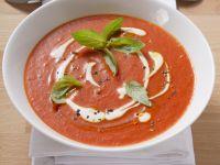 Tomatensuppe mit Creme Fraiche und Basilikum