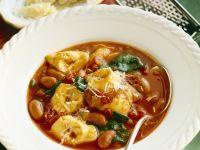 Tomatensuppe mit Bohnen und Tortellini