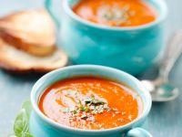Tomatensuppe mit Möhren und Basilikum