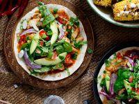 Tortillas mit Hähnchenfleisch, Salsa und Salat