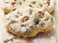 Toskanisches Weißbrot mit Oliven und getrockneten Tomaten (Focaccia)