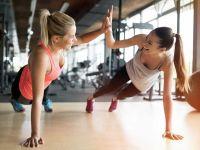 5 Tipps, wie das Training erfolgreich wird: zwei Frauen beim Sport